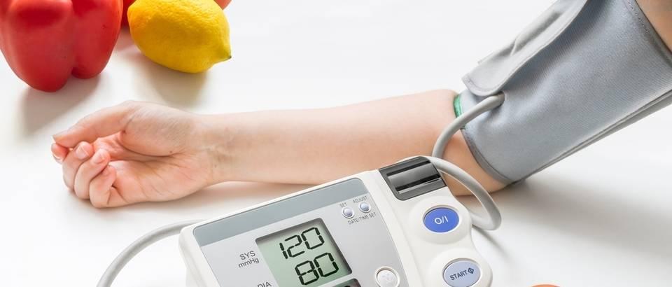 to uzrokuje povišeni krvni tlak)