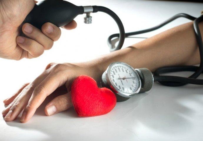 što uzrokuje povišeni krvni tlak i)