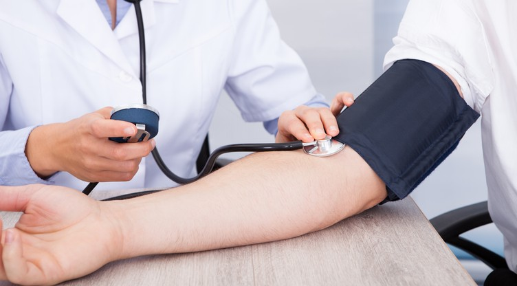 visoki krvni tlak, ali nizak puls)