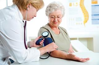 Pozvati kardiologa kod kuće da liječi hipertenziju kod starije osobe