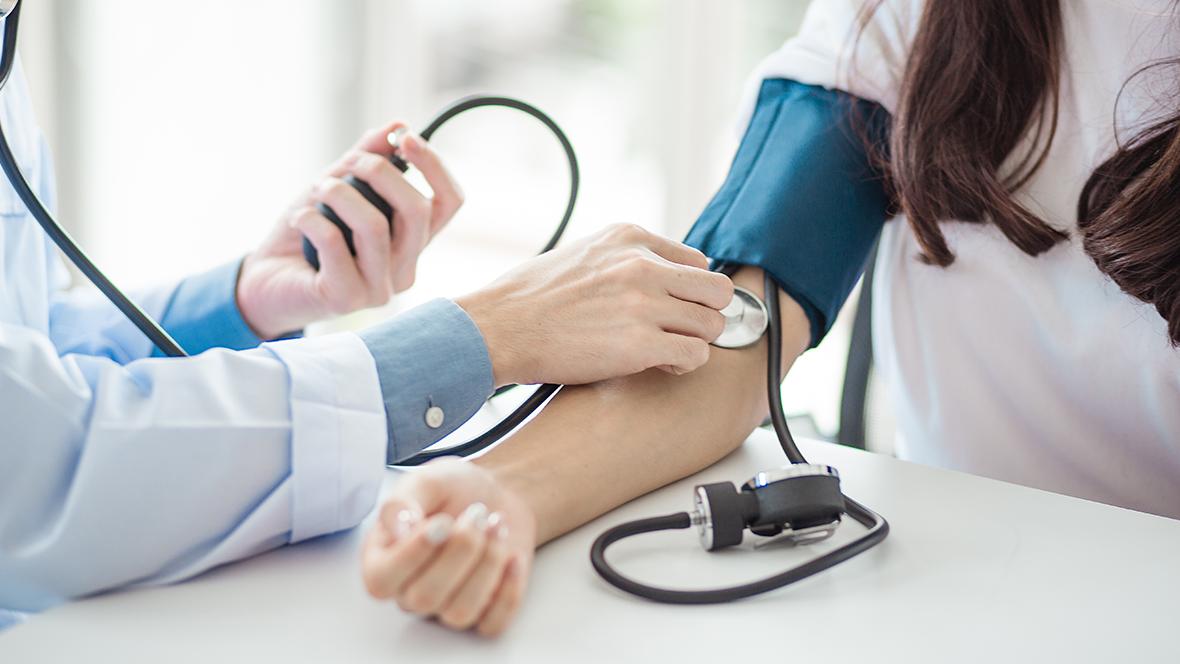 što uzrokuje povišeni krvni tlak ili)